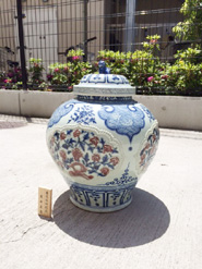 青花紅釉貼花花卉壺という美術品