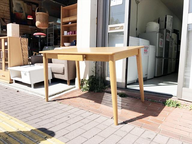 ビーカンパニーのタモ材テーブル