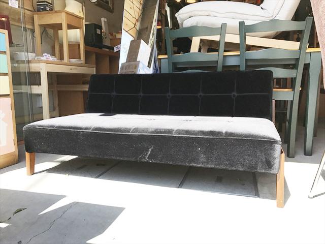 カリモク60スタイルのアームレスソファ