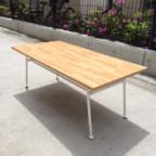 インダストリアルなデザインのローテーブル