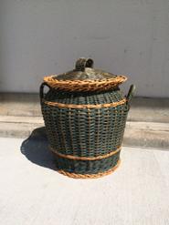 籐で編まれた蓋つきのカゴ